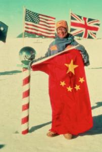 秦大河院士于1989年7月至1990年3月参加国际横穿南极考察队,于1990年1月12日抵达南极点。图为秦大河院士在南极点展开中国国旗。Provided photo. Redistribution prohibited.